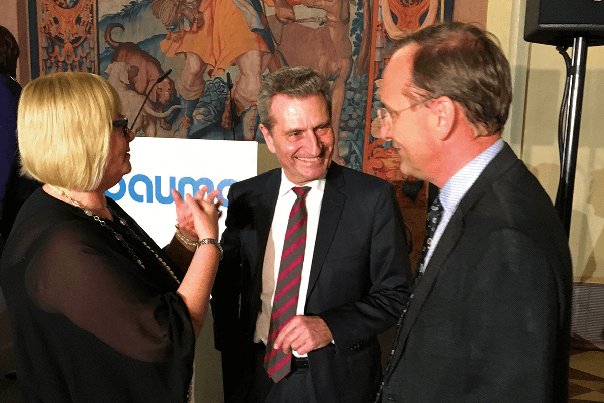 EU Commissioner Guenther Oettinger (in the middle) honors Susanne Rettenmaier (on the left), the managing partner of the Transporter Industry International, and CEO Dr. Gerald Karch (on the right) for 200 years of powerful innovation and competence of their subsidiaries Scheuerle and Kamag.