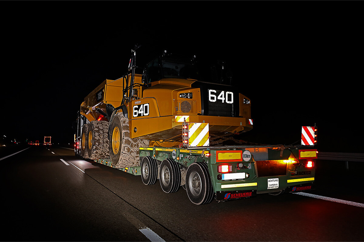 With a total weight of 71 tonnes, width of 3.8 m and a height of 4.3 m, the vehicle combination travelled via the A6 motorway from Schwäbisch Hall to Mundelsheim.
