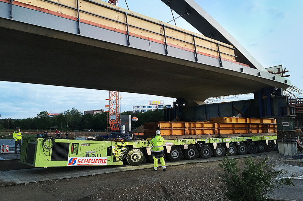 With a tolerance of only a few centimetres, the bridge had to be set down on the supporting piers. This was achieved without any problems thanks to the precise control of SPMT.