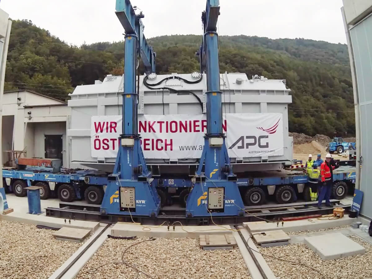 Product: SCHEUERLE SPMT | Load: 280 tonnes / Dimensions: 33`(10m) long
