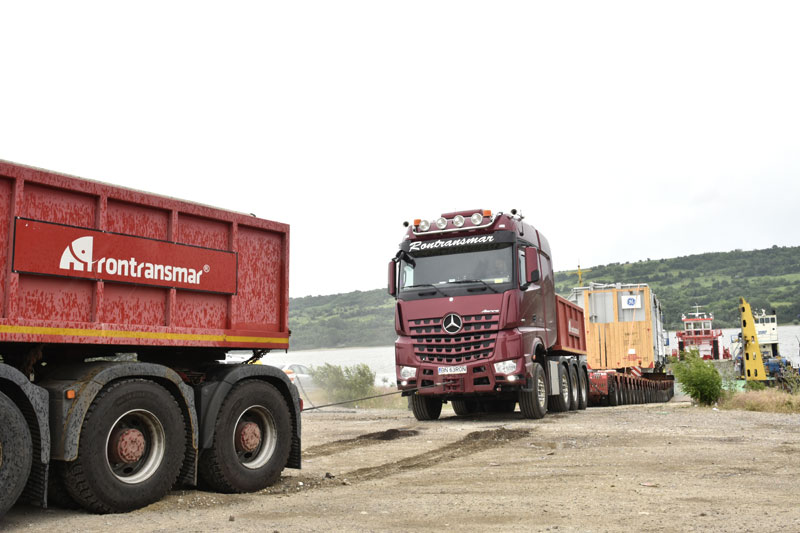 Exciting: at the inland port of Oltenita, around 1,500 horsepower and 5,000 Nm torque of the truck tractor fight against the 10 per cent ramp gradient and a gravel track which had been softened by the rain.