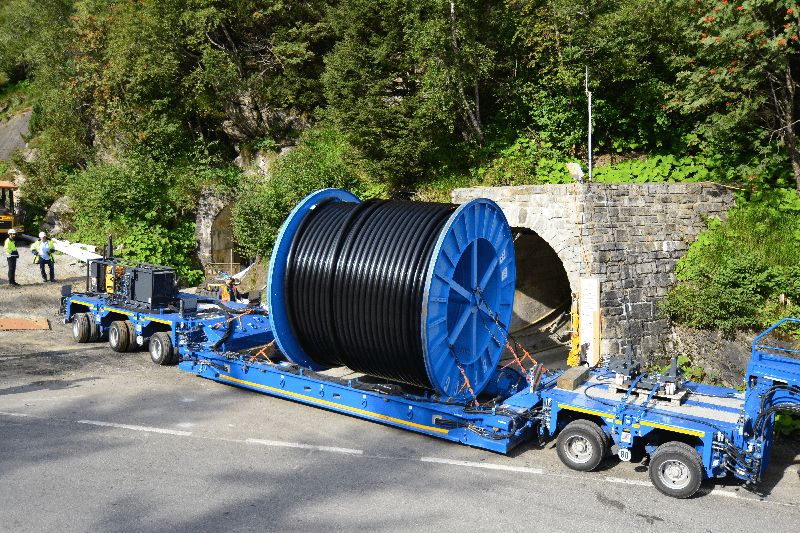 Cable drums weighing up to 100 tonnes can be taken on board, unrolled and set down by the InterCombi cable drum transporter without the need of a crane.