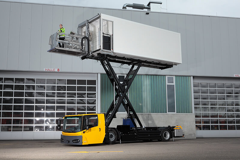 High reach: the KAMAG E-CateringWiesel, shown here at a height of six metres, is suitable for the loading of virtually all aircraft types.