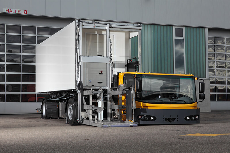 Makes every sports car driver envious: the KAMAG E-CateringWiesel can be positioned if required at ground level due to the flexible driver´s cab in order to realize low transfer operation heights.