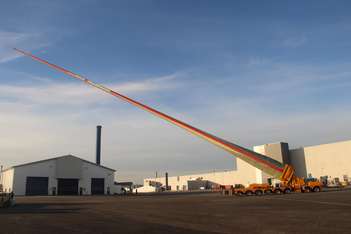 A question of experience – with cost-effective and safe transport solutions, the TII Group facilitates a mobile wind energy sector mobile – a 62-metre long rotor blade on a SCHEUERLE rotor blade adapter is shown here in the photo.